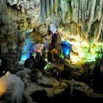 Du lịch Hạ Long khám phá những hang động tuyệt sắc.