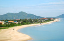 Biển Thiên Cầm với bờ cát trắng trải dài đẹp thơ mộng